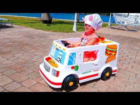 Настя играет в магазин и устраивает пикник с куклами
