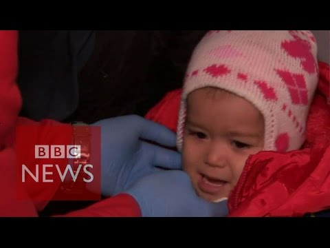 Migrant crisis: Medical help for refugees in the cold - BBC News