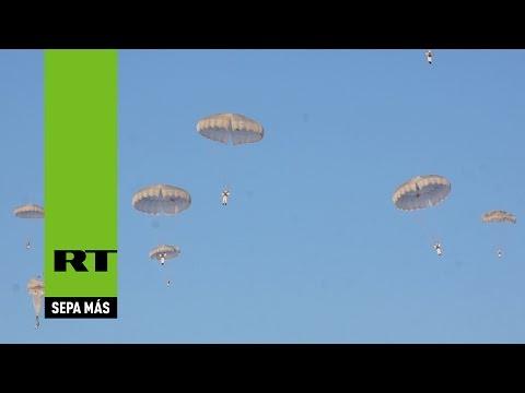 Rusia: Tanques 'caídos del cielo' se unen a paracaidistas durante ejercicios militares
