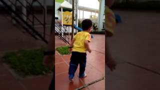 Bé chơi cầu trượt(3)