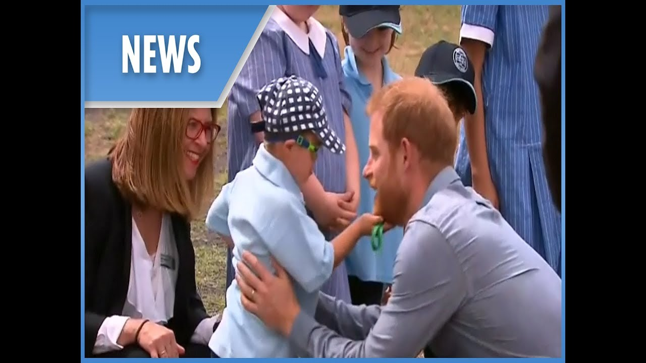 Prince Harry and pregnant Meghan Markle: Day two of Australian tour - greet children in Dubbo