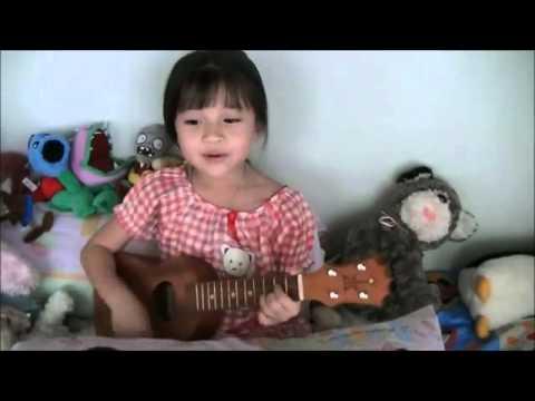 A 6 anni canta e suona una canzone di Bruno Mars