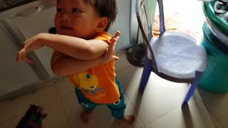 Tin nghịch bánh, bé xin lỗi ba mẹ - Cute baby saying sorry