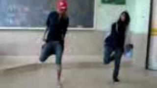 رقص زيباي دو تا دختر خوشگل در مدرسه