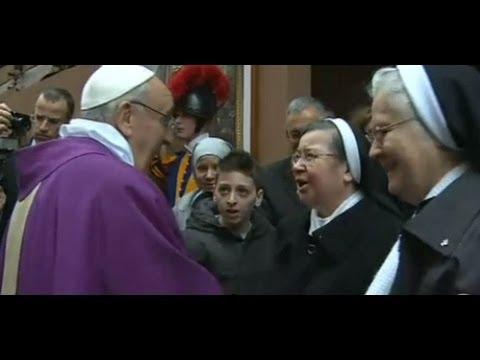 Papa Francesco saluta i fedeli al termine della messa S.ANNA IN VATICANO 17/03/2013