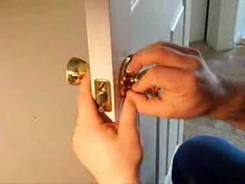 Видео как снять ручку с двери