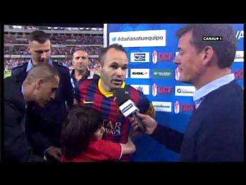 Un niño invade el campo y se abraza a Andrés Iniesta (Granada - Barcelona 12-4-14)