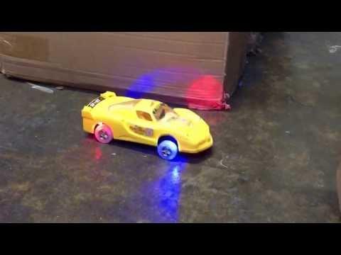 Işıklı müzikli dans eden araba