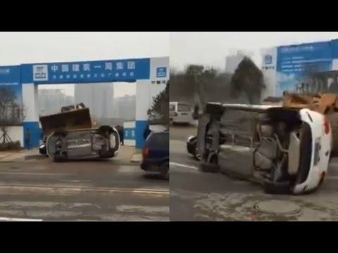 Construction truck removes illegally parked car like a boss; Rude Chinese tourists - 03/25/2016