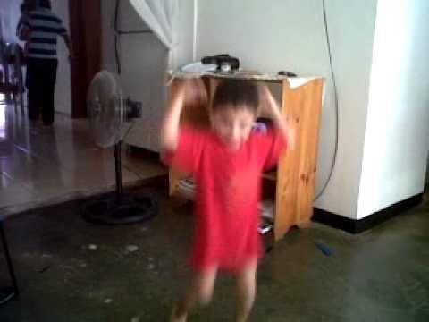 José Daniel vailando y divirtiendo en la comiquita
