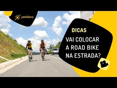 Pedalando a road bike na estrada Pedaleria