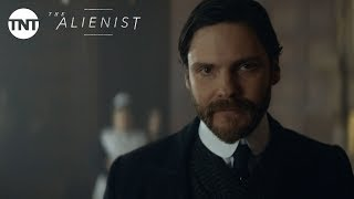 The Alienist: Daniel Brühl Introduces Laszlo Kreizler - Series Premiere January 22, 2018 [BTS] | TNT