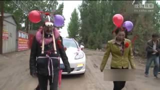 بالفيديو: والد العريس يتنكر بزي حمار فى زفاف نجله