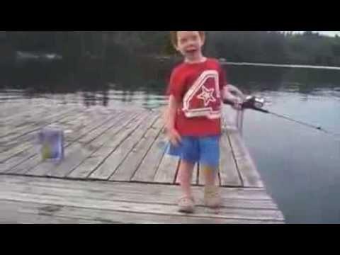 Бог Помогает Маленький Мальчик Поймать Рыбу в Рекордные сроки   Смешное Видео