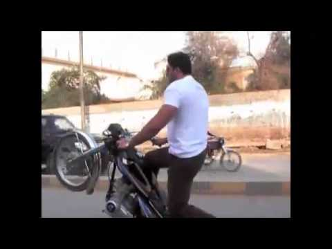 SIALKOT PAKISTANI BOYS WHEELING ON ROAD BAR PAKISTANI STUNTS WHEELI
