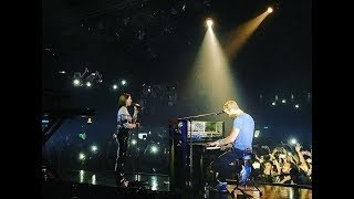 Chris Martin performing 'Homesick' with Dua Lipa - São Paulo (Nov, 9, 2017)
