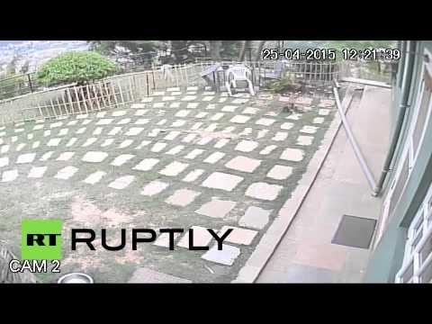 Камеры видеонаблюдения засняли землетрясение в Непале, унесшее жизни около 1500 человек