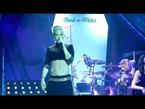 "Pink - Willow on stage bei ""Leave Me Alone"" Frankfurt, 7.5.13"