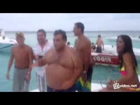 Забавный пляжный танцевальный баттл