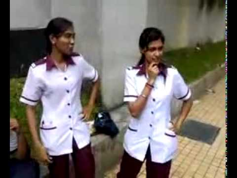indian girls are dancing on street showing their talent..........valge indian sarekez!!!