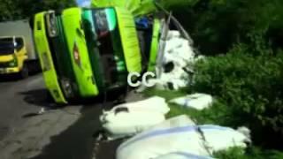 Download video Laka Beruntun, Bus Vs 2 Truk 1 Tewas 4 Kritis