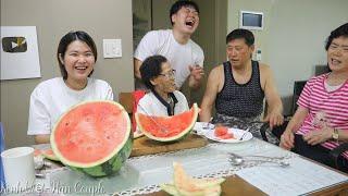 3 cha con ăn trái dưa hấu 11ký vui quá nên nội và mẹ ra ăn cùng (Cuộc sống Hàn Quốc)