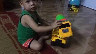 Bé Bi chơi ô tô