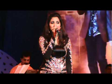 Shreya Ghoshal singing Teri Ore song from Singh is King