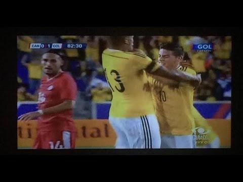 James Rodriguez empuja a Fredy Guarin en celebracion de gol ante Canada