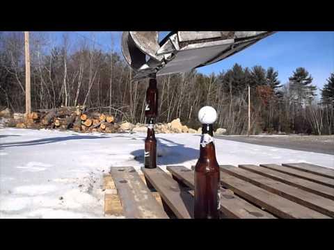 Obra - Excavadora coloca botellas de cerveza