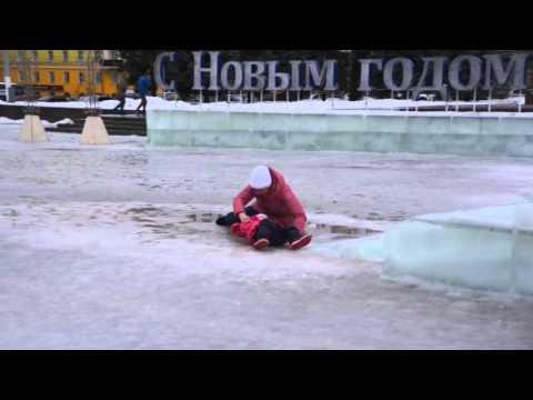 23.12.2015. Киров,Театральная площадь. Тают снежные фигуры,горки,лужи...