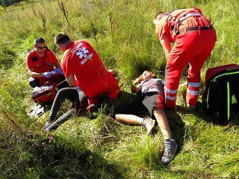 Poparzona młodzież w Rumi. Akcja ratowników medycznych. Karetka pogotowia alarmowo na sygnale