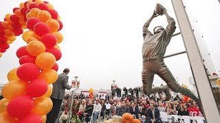 49ers Unveil 'The Catch' Statues Outside Levi's® Stadium