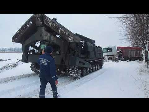 За допомогою БАТ-2 вінницькі рятувальники витягли багатотонну вантажівку з кювету