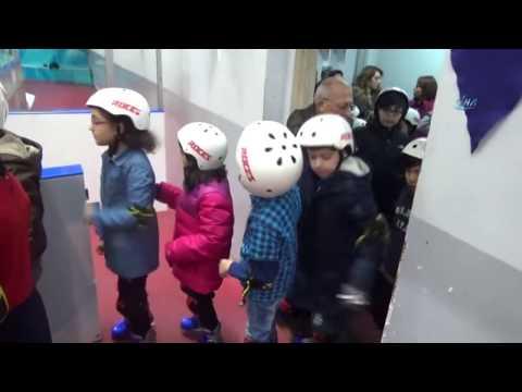 Karnesini Getiren Çocuklar Buz Pistinde Eğlendi
