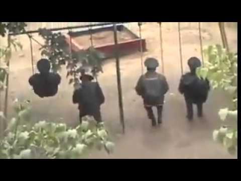Policias de la Gendarmeria Nacional en los columpios de la alameda de Valle de Bravo