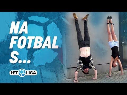 Na fotbal s: Vašek s Monikou zpívali hymnu při stojce!