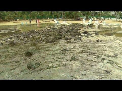 Tourists fleeing Thai beaches