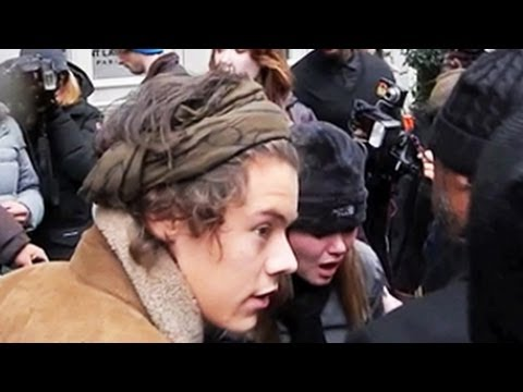 Harry Styles Comes To The Rescue Of A Fallen One Direction Fan