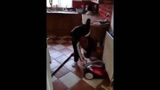 Dziecko próbuje włączyć odkurzacz
