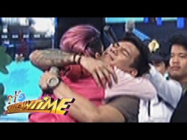 It's Showtime: Vice hugs Zeus