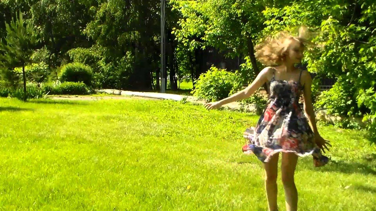 девочка по городу шагает босиком:
