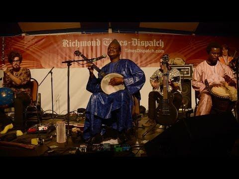 Cheick Hamala Diabate performs Mali De Nou