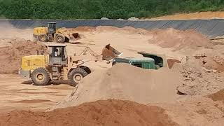 Xe xúc cát và xe tải ở công trường p1