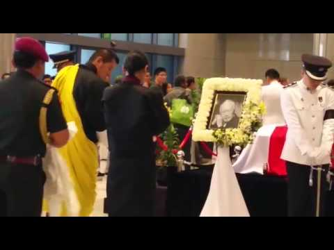 The King and Queen of Bhutan pays his respects to Mr Lee Kuan Yew