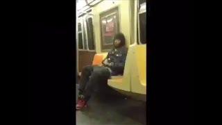 VIDEO: Lalaki, umihi sa loob ng NYC subway car!