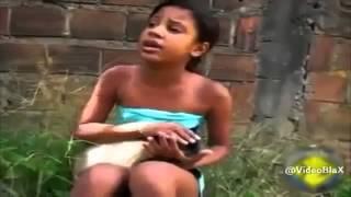 Menina cantando com o gatinho Deus Dará de Volta Tudo Pra Você de Shirley Carvalhaes