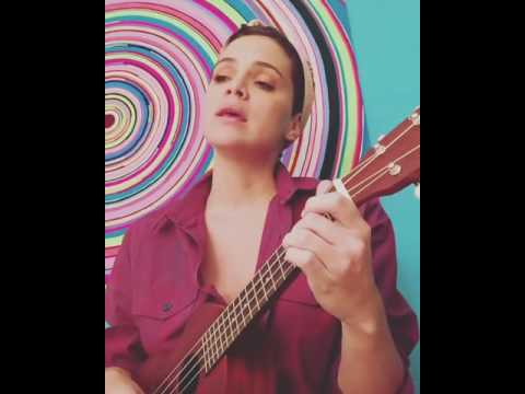 Luz Cipriota canta una de Los Beatles y con Ukelele