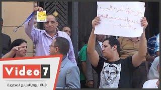بالفيديو..مؤيدو مبارك يمزقون لافتات حركة