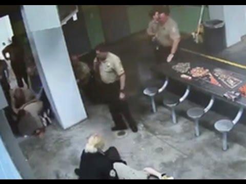 В США заключенный избил надзирателей, получив 4 удара электрошокером